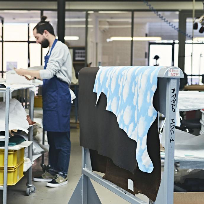 Le cuir imprimé nuages, fil rouge de la collection, vient habiller l'intérieur des sacs.