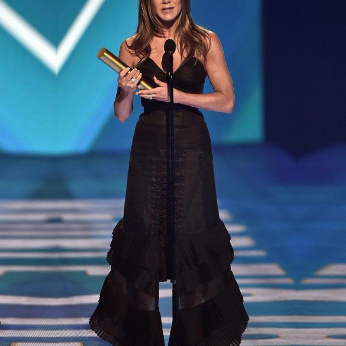 <em>Jennifer Aniston portant une tenue sign&eacute; Olivier&nbsp;Theyskens aux People Choice Awards</em>