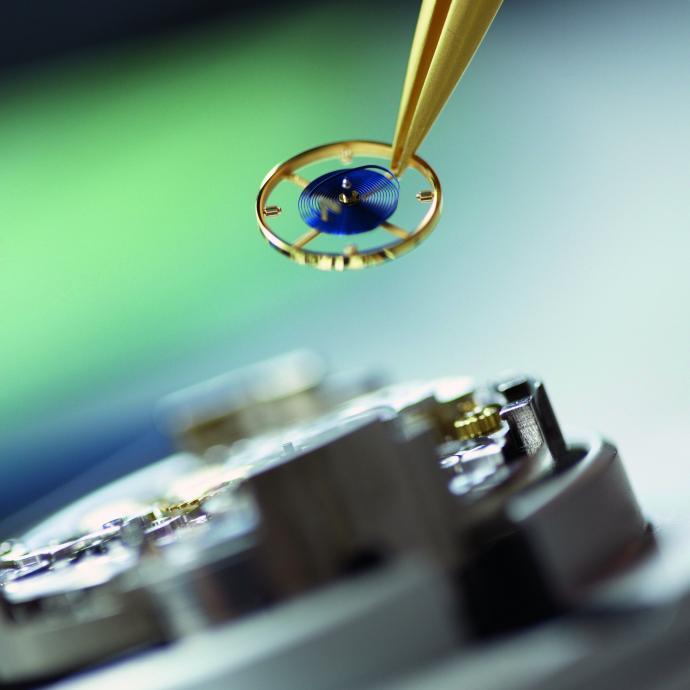 Chez Rolex, la pose délicate du balancier-spiral. © ROLEX