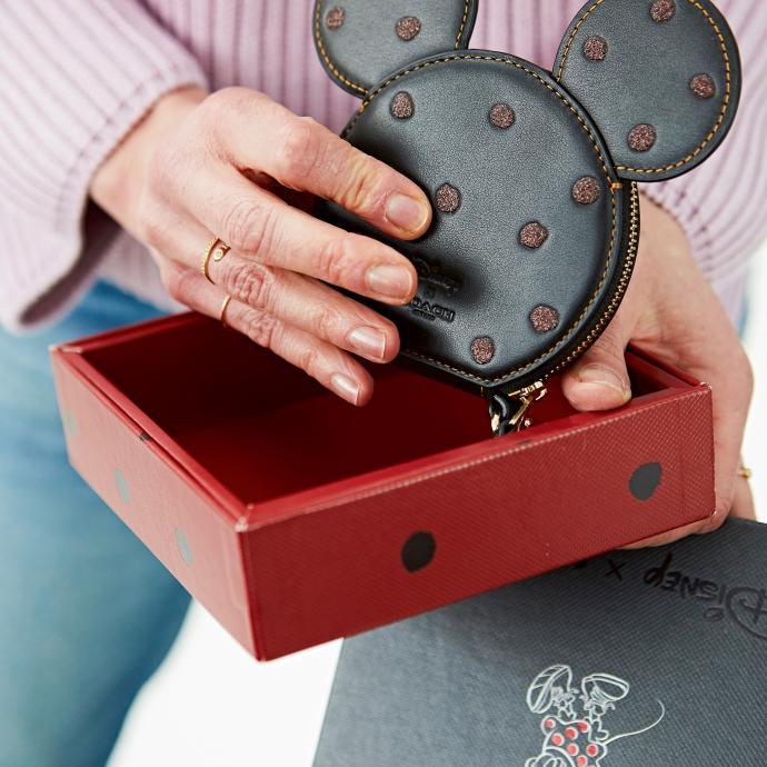 "<a href=""https://fr.zalando.be/coach-box-program-minnie-coin-case-portefeuille-coh51f021-q11.html?wmc=col320__.92148412___..&amp;opc=2211"" target=""_blank"">Portefeuille Disney Minnie Mouse</a>, Coach, 59.95 €."