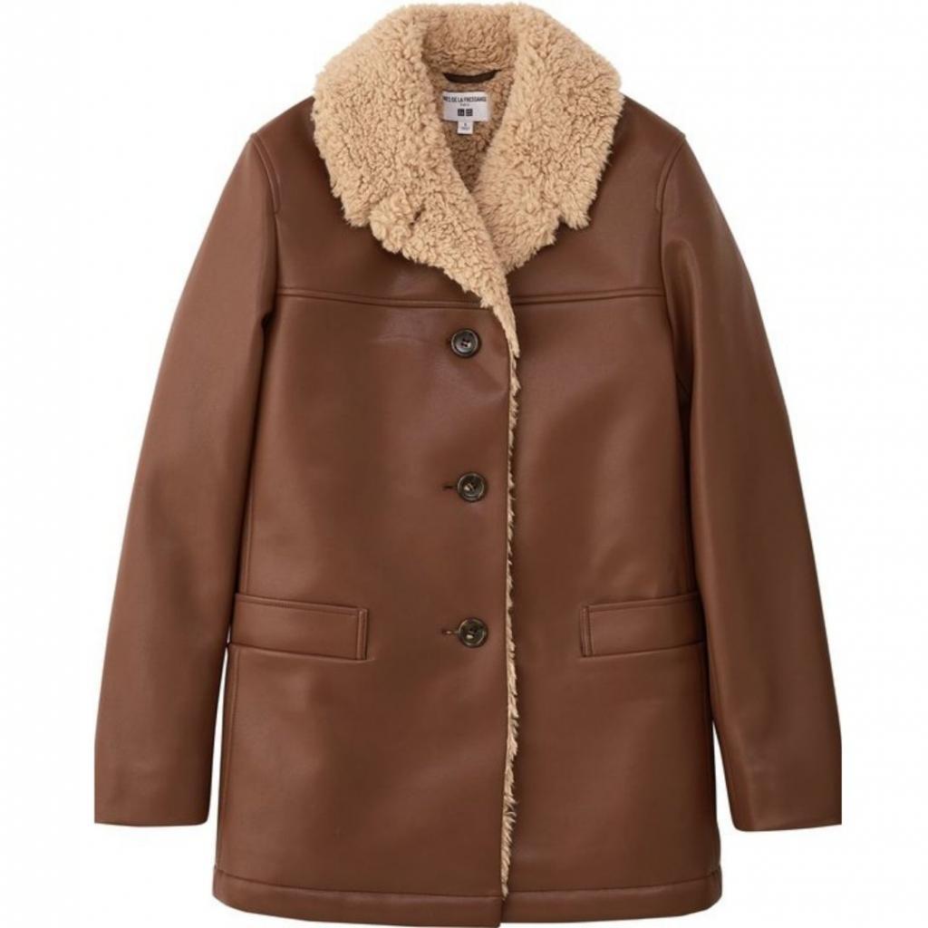 "Manteau imitation cuir, Uniqlo x Inès de la Fressange, 79,90 €, disponible <a href=""https://www.uniqlo.com/ines/20fw/fr/fr/women/ "" target=""_blank"">ici.</a>"