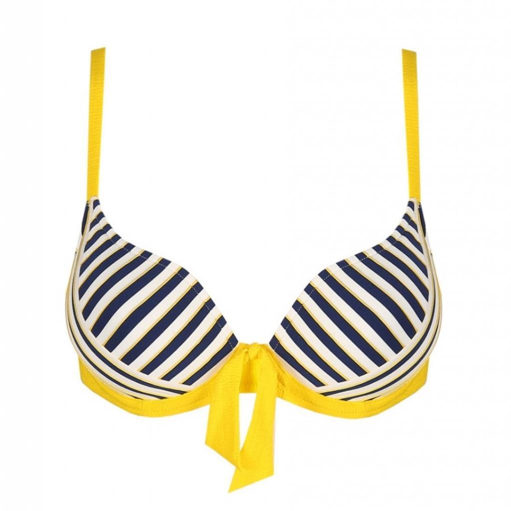"""<em>Le haut de bikini en forme de cœur rembourré, Marie Jo, 84,90 € , à shopper <a href=""""https://www.mariejo.com/fr-be/p/marie-jo-swim-manuela-bikini-forme-coeur-rembourr%C3%A9-sun-1003616SSU """" target=""""_blank"""">ici.</a></em>"""
