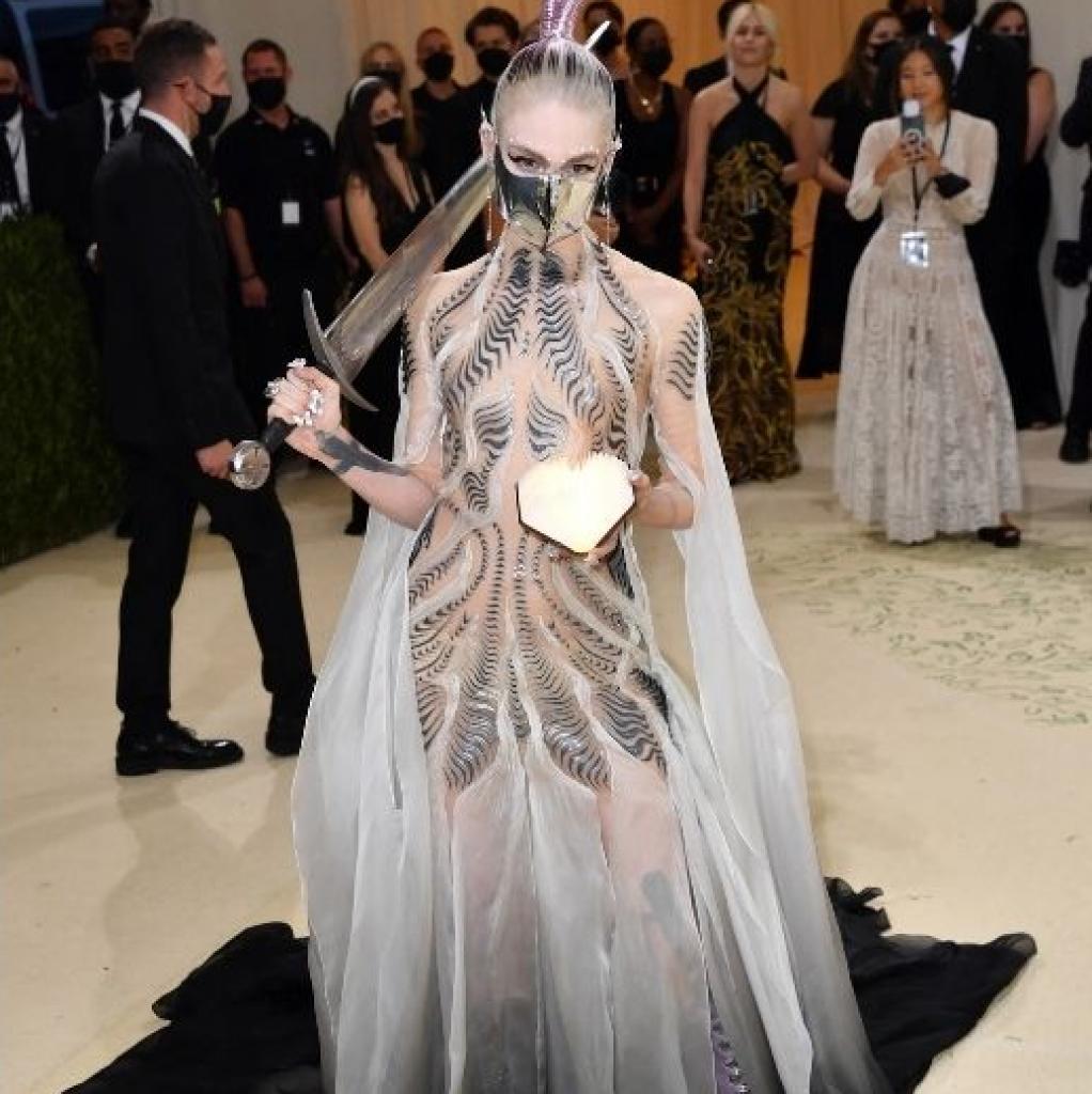 La chanteuse Grimes est apparue dans une tenue qu'elle a créé à l'aide de la styliste Turner.
