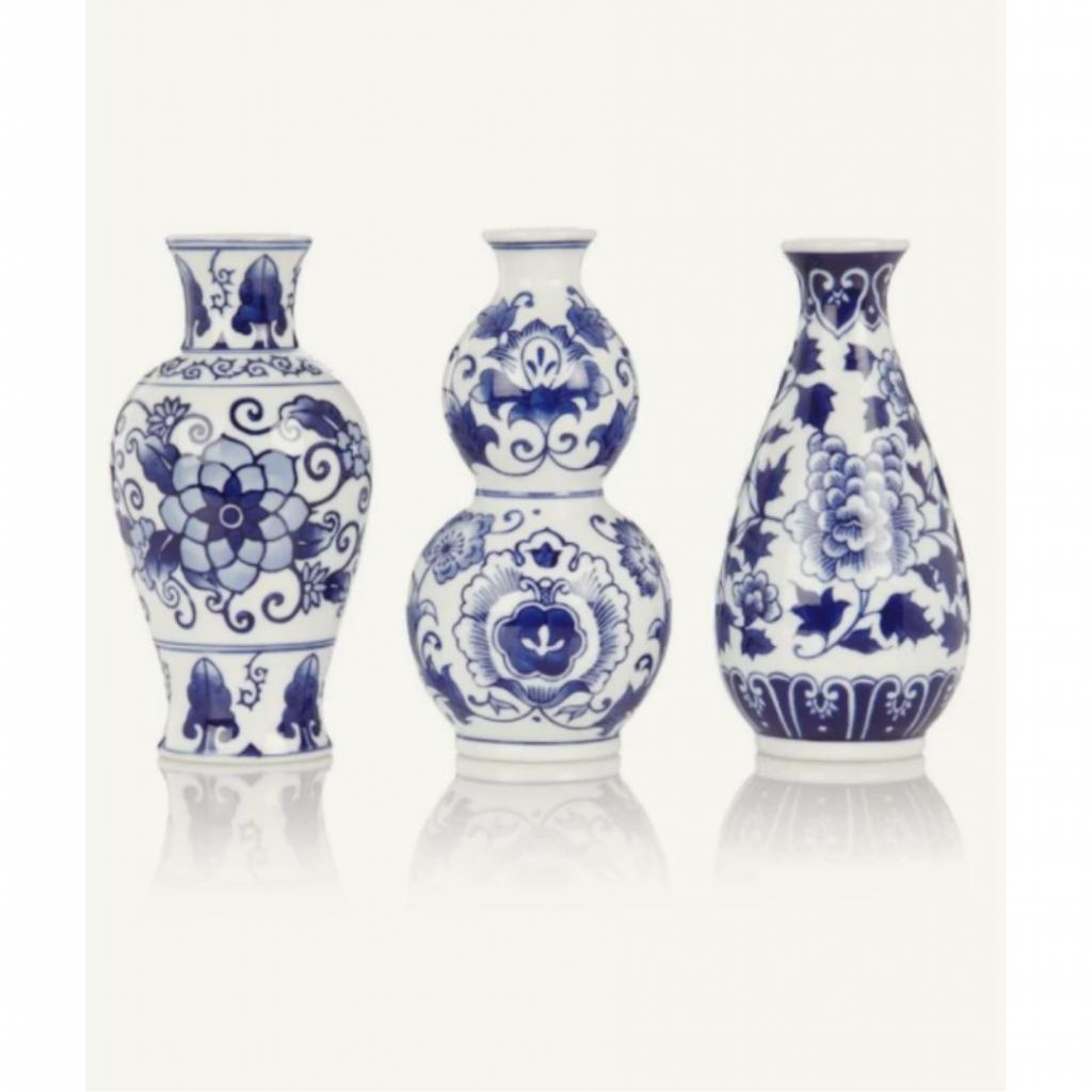 "Un lot de 3 vases &amp; Klevering, 29,95 euros, à shopper <a href=""https://www.debijenkorf.be/"" target=""_blank"">ici</a>."