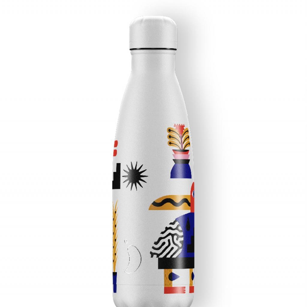 "<em>Une gourde d'eau en acier Chilly's, 35€,disponible <a href=""https://www.chillysbottles.com/be/products/bottle-magic-jungle?sku=B500ARTMO2"" target=""_blank"">ici</a>.</em>"