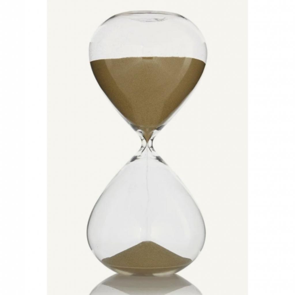 "Un sablier avec sable doré (30 cm), Pols Potten, 35,50 euros, à shopper <a href=""https://www.debijenkorf.be/pols-potten-zandloper-met-goudkleurig-zand-30-cm-6722090155-672209015500000 "" target=""_blank"">ici</a>."