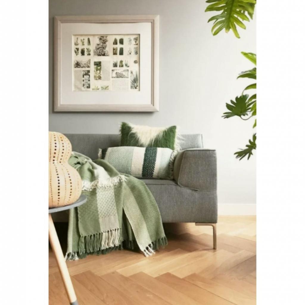 "Un coussin décoratif 35x60 cm, Malagon, 39,95 euros, à shopper <a href=""https://www.debijenkorf.be/malagoon-berber-grainy-sierkussen-35-x-60-cm-6047090004-604709000400000"" target=""_blank"">ici</a>."