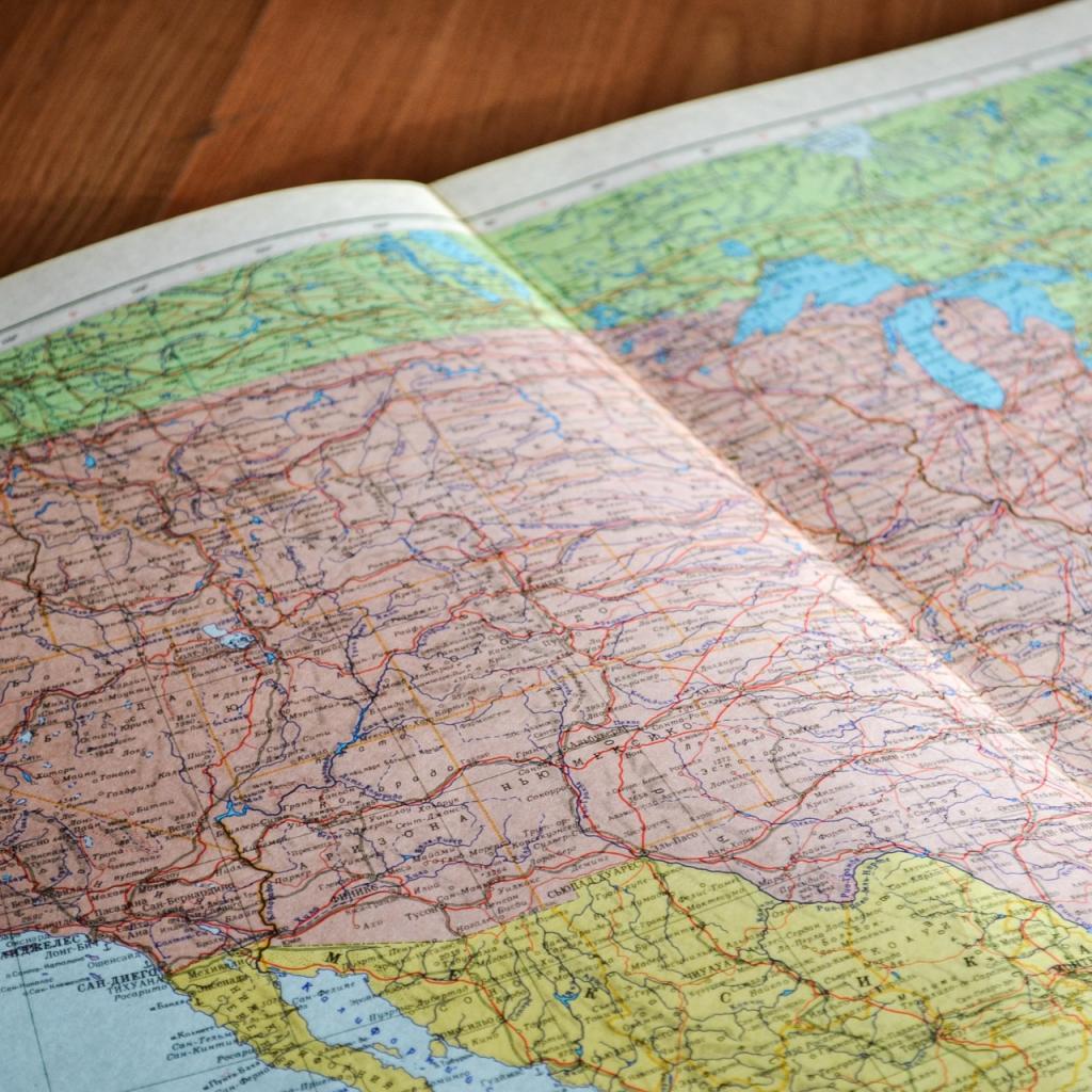 Tolérance au stress : 65 -Salaire annuel moyen : 87 160 $ -Le professeur de géographie enseigne des cours de géographie.<sub><em>Crédit photo : Pixabay/Free-Photos</em></sub>