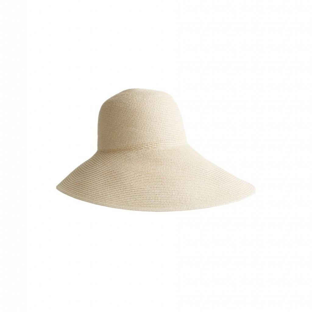 """Un chapeau asymétrique &amp; Other Stories, 35 euros, à shopper <a href=""""https://www.stories.com/en_eur/accessories/headwear/hats/product.wide-brim-straw-ribbon-hat-white.0847293002.html """" target=""""_blank"""">ici.</a>"""