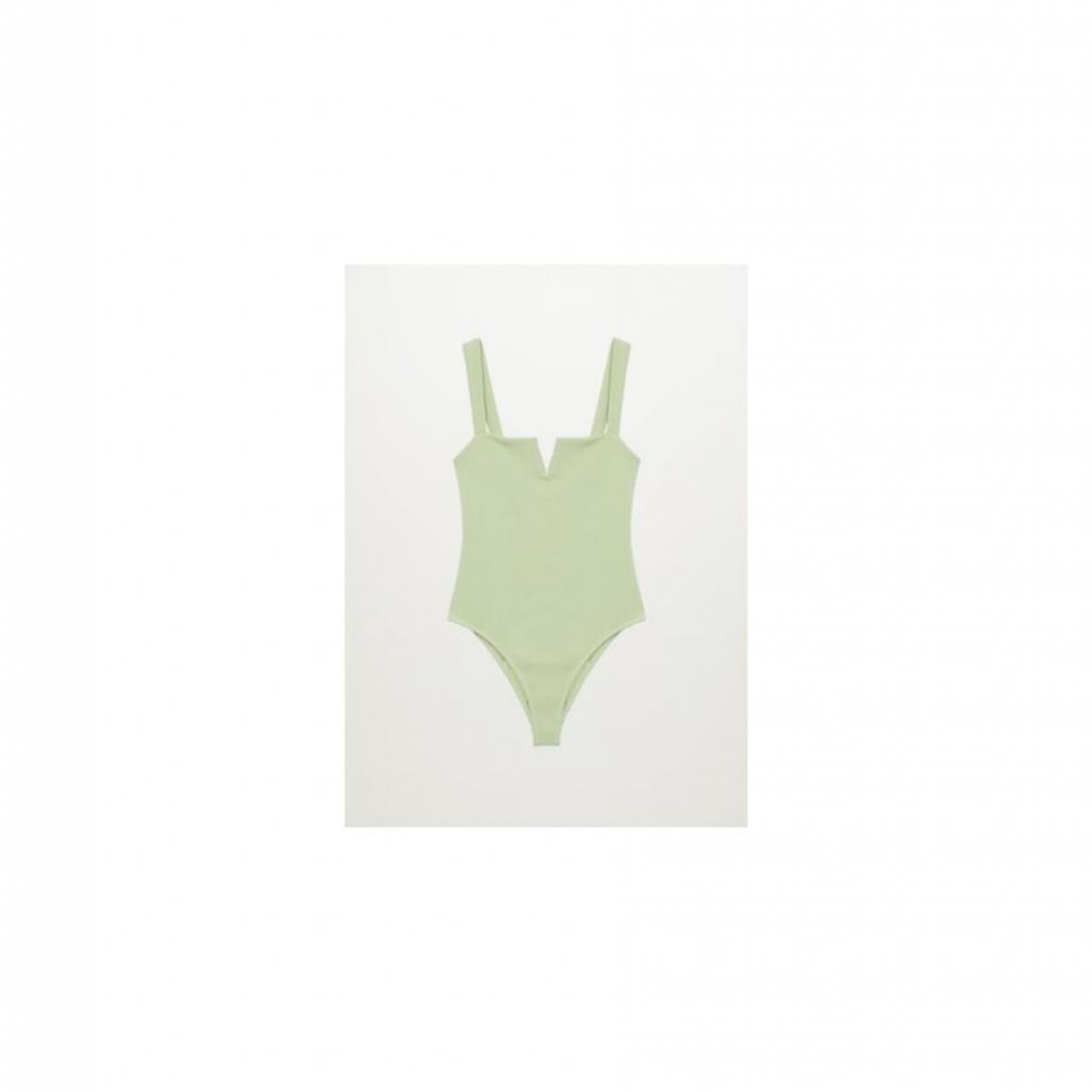 """<em>Le Une-Pièce texturé, Mango, 49,99€, à shopper <a href=""""https://shop.mango.com/fr/femme/bikini-et-maillot-de-bain-maillot-de-bain/maillot-de-bain-texture-ouverture_87034385.html """" target=""""_blank"""">ici</a>.</em>"""