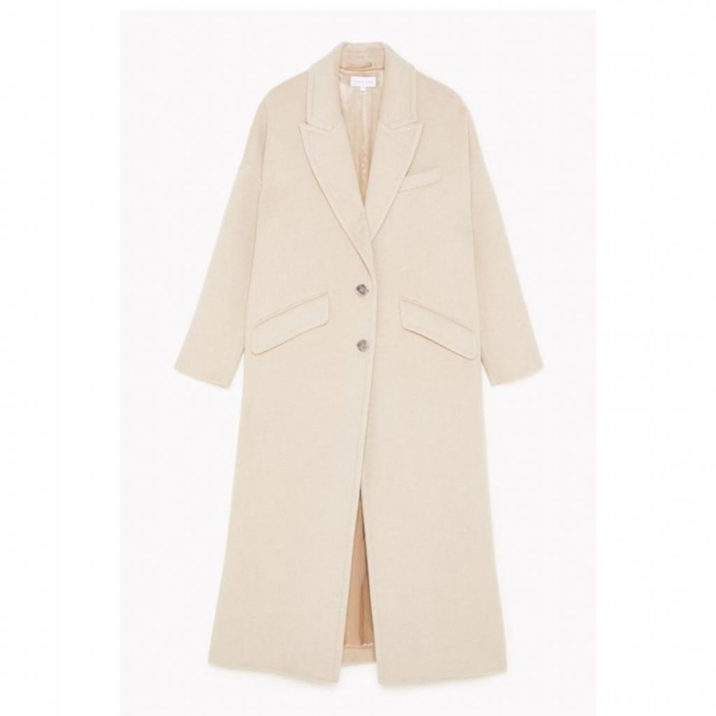 "Veste en laine oversized, Patrizia Pepe, 498 €, disponible <a href=""https://www.patriziapepe.com/be/en/apparel/outerwear/coats/oversized-coat-2S1297_A7O8_B699.html"" target=""_blank"">ici.</a>"