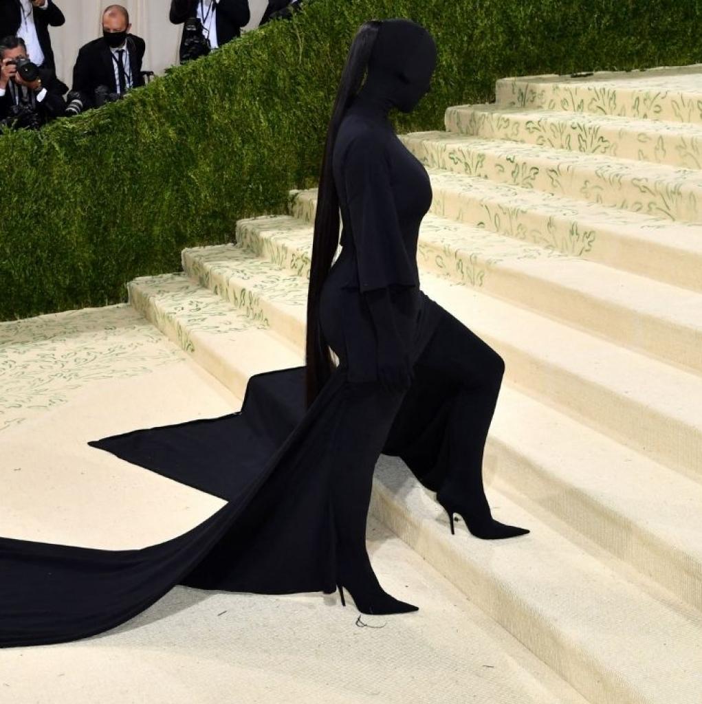 Kim Kardashian est apparue cagoulée entièrement vêtue de noir dans une tenue signée Balenciaga.