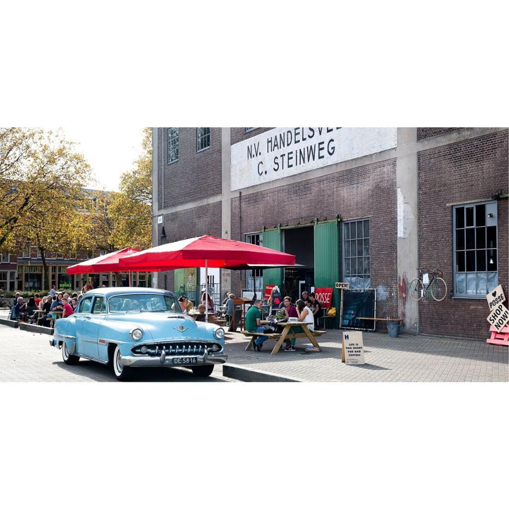 Le Posse, mi-restaurant, mi-galerie d'art, une chouette adresse pour aller luncher le long des quais.