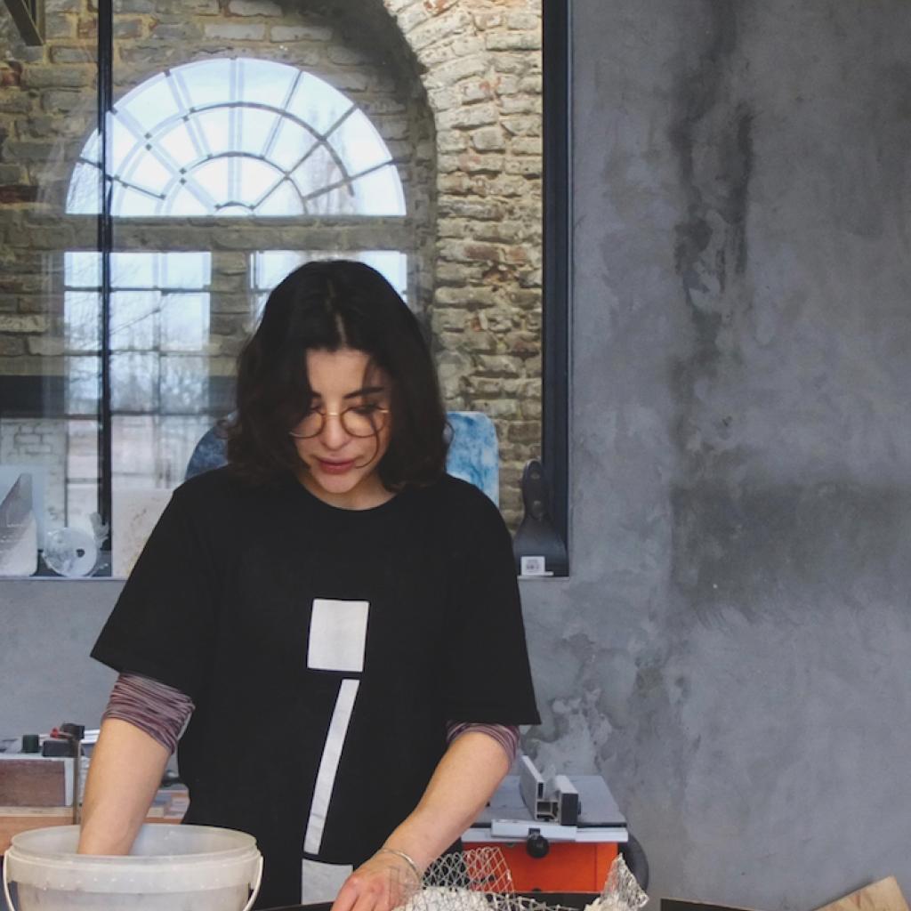Pour les pieces de plus grande taille, Roxane Lahidji rajoute un grillage en inox pour structurer la matiere.