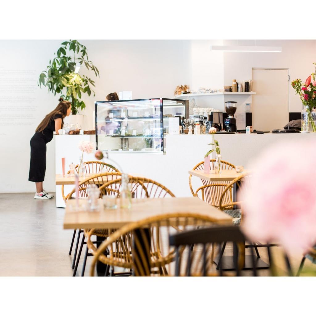 """Le salon de thé<a href=""""https://sue-food.nl/"""" target=""""_blank"""">Sue</a>, où l'on y toruve tout un tas de pâtisseries vegan, sans gluten et sans sucre."""
