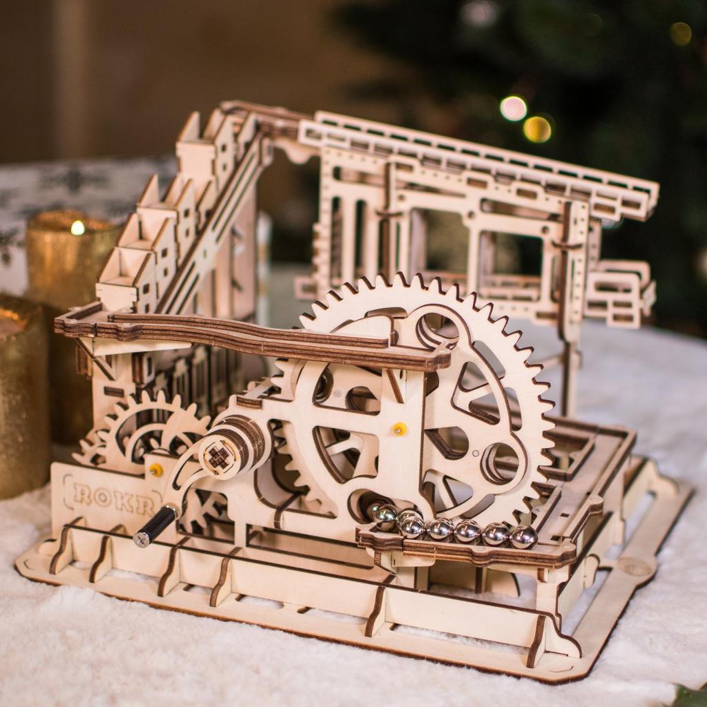"""<em>Une maquette de circuit à bille en bois, 35€,disponible <a href=""""https://www.natureetdecouvertes.com/enfant/jeux-construction/maquettes/maquette-de-circuit-a-billes-30164280"""" target=""""_blank"""">ici</a>.</em>"""