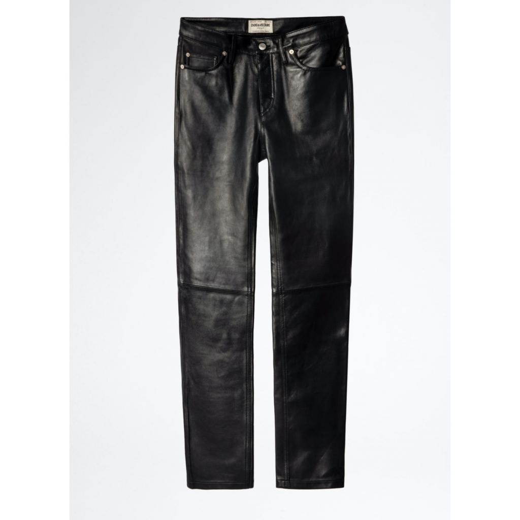 """Pantalon pour homme David en cuir noir, Zadig &amp; Voltaire, 695 €, <a href=""""https://zadig-et-voltaire.com/ch/fr/p/WKCB1402H_NOIR/pantalon-homme-pantalon-leather-david--noir-wkcb1402h"""" target=""""_blank"""">à shopper ici.</a>"""