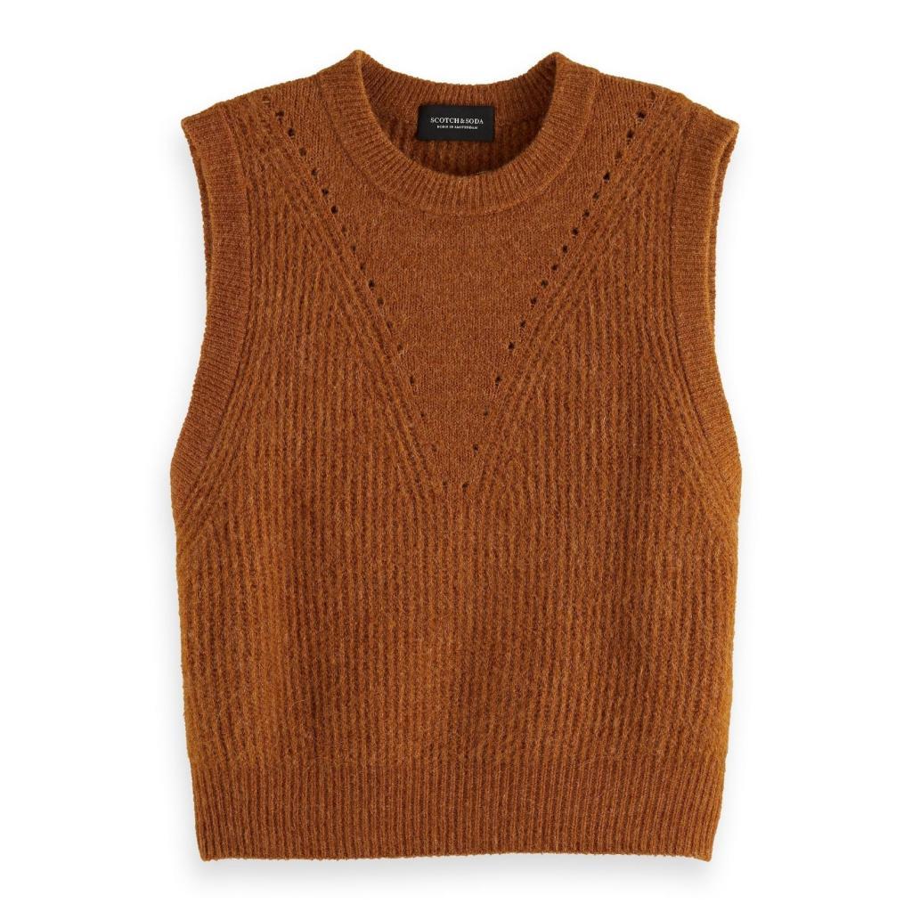 """Debardeur pour femme en maille cognac, Scotch&amp; Soda, 119,95 €, <a href=""""https://www.scotch-soda.com/fr/fr/femme/vetements/pulls-cardigans/pull-sans-manches-douillet/164122.html?dwvar_164122_color=Copper%20Melange&amp;cgid=1041#position=1"""" target=""""_blank"""">à shopper ici.</a>"""