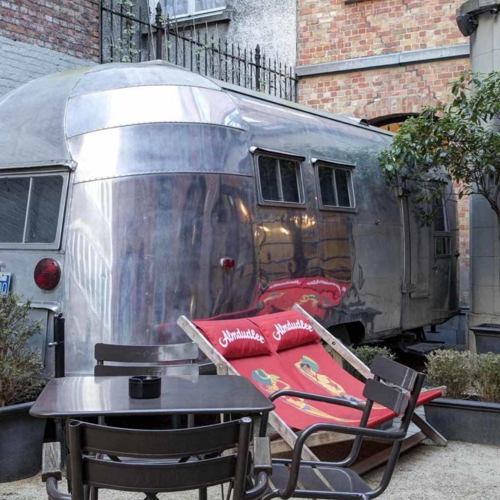 """Dans sa cour, le Vintage Hotel a installé une authentique caravane américaine chromée qui peut accueillir deux personnes, petit salon et coin salle de bains inclus. <a href=""""http://vintagehotel.be"""">Les infos ici</a>"""