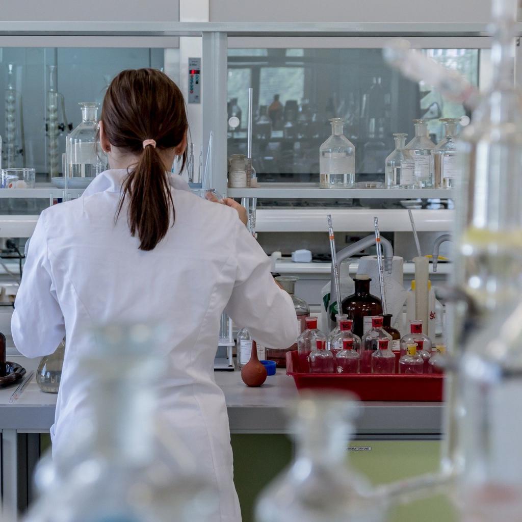 Tolérance au stress : 61 -Salaire annuel moyen : 114 820 $ -L'ingénieur chimiste conçoit les composants du quotidien : médicaments, cosmétiques, textiles, plastiques… Il peut intervenir à tous les stades de la formulation, de la fabrication et de la commercialisation de ces produits.<sub><em>Crédit photo : Pixabay/Jarmoluk</em></sub>