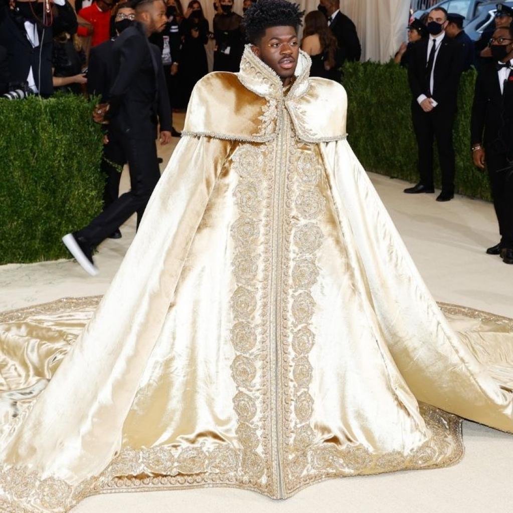 Lil Nas X a arpenté le tapis rouge dans trois tenues différentes signées Versace.