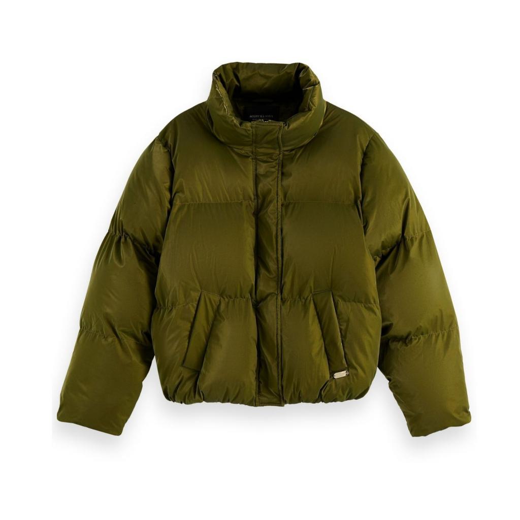 """Doudoune courte satinee pour femme, Scotch&amp; Soda, 189,95 €, <a href=""""https://www.scotch-soda.com/be/fr/femme/vetements/vestes-manteaux/veste-doudoune-metallisee-etanche/163671.html?dwvar_163671_color=Military&amp;cgid=22#position=10"""" target=""""_blank"""">à shopper ici.</a>"""