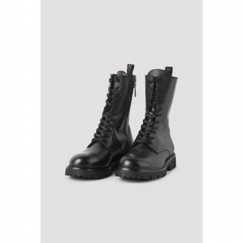 "Boots en cuir durable, Filippa K, 445 €, disponible <a href=""https://www.filippa-k.com/en/woman/accessories/shoes/krisha-laced-boot?color=black"" target=""_blank"">ici.</a>"