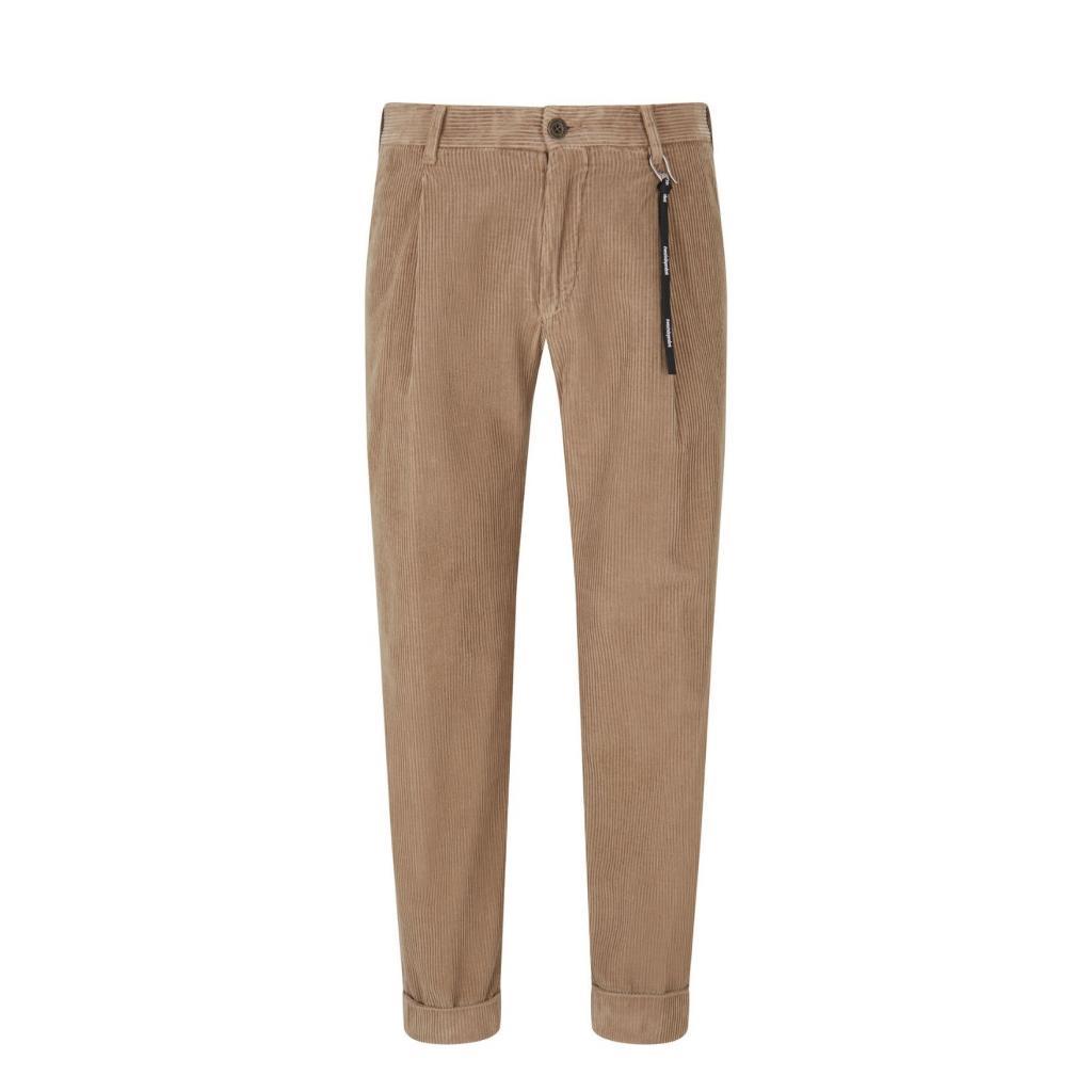 """Pantalon pour homme a pinces en velours cotele, Strellson, 109 €, <a href=""""https://strellson.com/be/fr/pantalons/pantalon-modulaire-en-velours-cotele-louis-beige/p/30028677-10012608-261?opType=search"""" target=""""_blank"""">à shopper ici.</a>"""