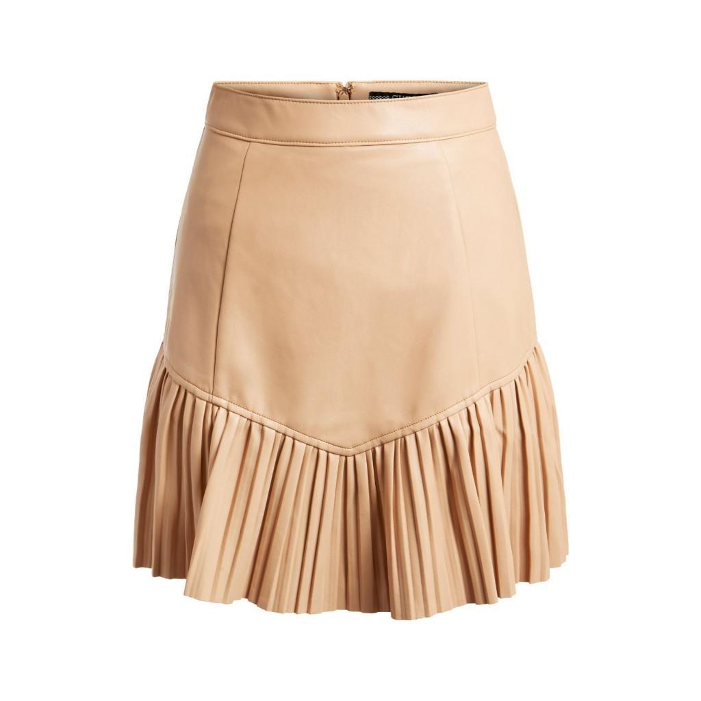 "Jupe a volants en cuir creme, Guess Jeans, 99,90€, <a href=""https://www.guess.eu/fr-be/guess/femme/vetements/jupes/minijupe-en-similicuir--beige/W1BD09KAWP0-G1EK.html"" target=""_blank"">à shopper ici</a>."