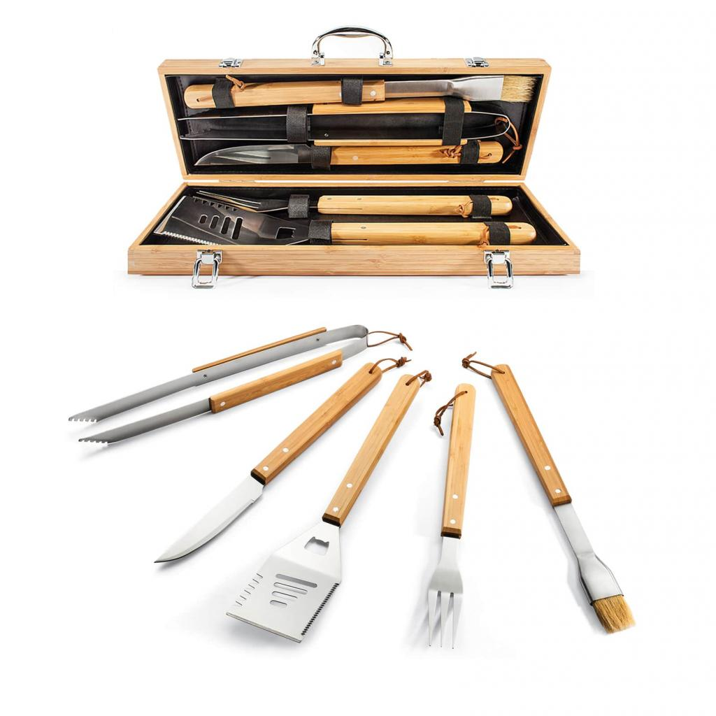 """<em>Un kit d'ustensiles pour barbecue, 46€,disponible <a href=""""https://www.natureetdecouvertes.com/jardin/cuisine-exterieure/accessoires-barbecue/5-ustensiles-de-barbecue-61160480"""" target=""""_blank"""">ici</a>.</em>"""