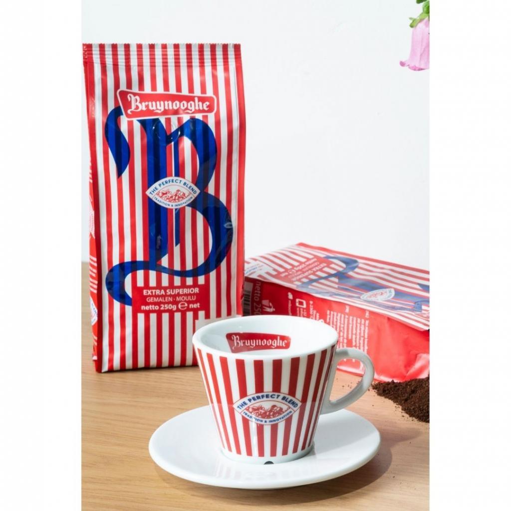 """Une tasse à café et du café torréfié de la marque belge Bruynooghe Koffie, 12,99 euros, à shopper <a href=""""http://bruynooghe.com/shop """" target=""""_blank"""">ici.</a>"""