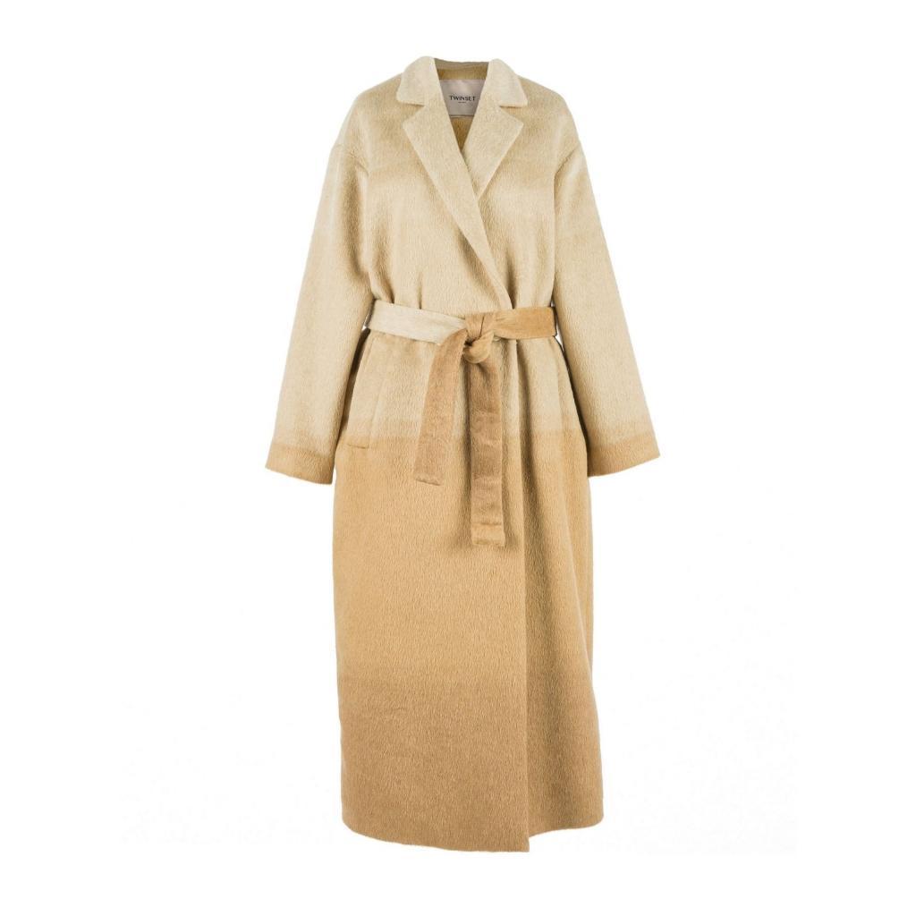 """Long manteau en laine, Twinset Milano, 516 €, <a href=""""https://www.twinset.com/en-be/wool-blend-long-coat-212TT2310.html"""" target=""""_blank"""">à shopper ici</a>."""
