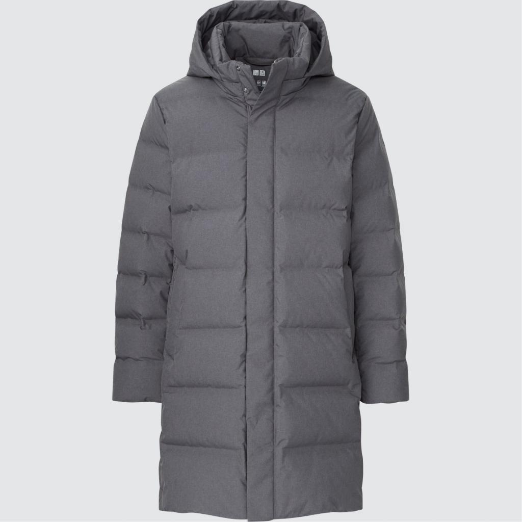 """Longue veste pour homme matelassee, Uniqlo, 159,90 €, <a href=""""https://www.uniqlo.com/fr/fr/product/doudoune-sans-coutures-mi-longue-homme-442145.html"""" target=""""_blank"""">à shopper ici.</a>"""