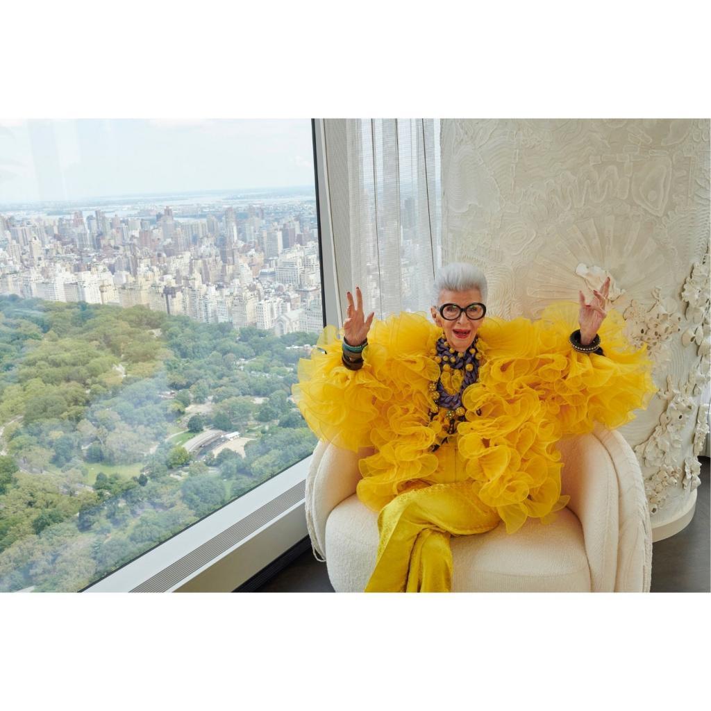 Iris Apfel photographiee pour la campagne de H&M, avec qui elle signe une collection, que l'on decouvrira dans quelques semaines.