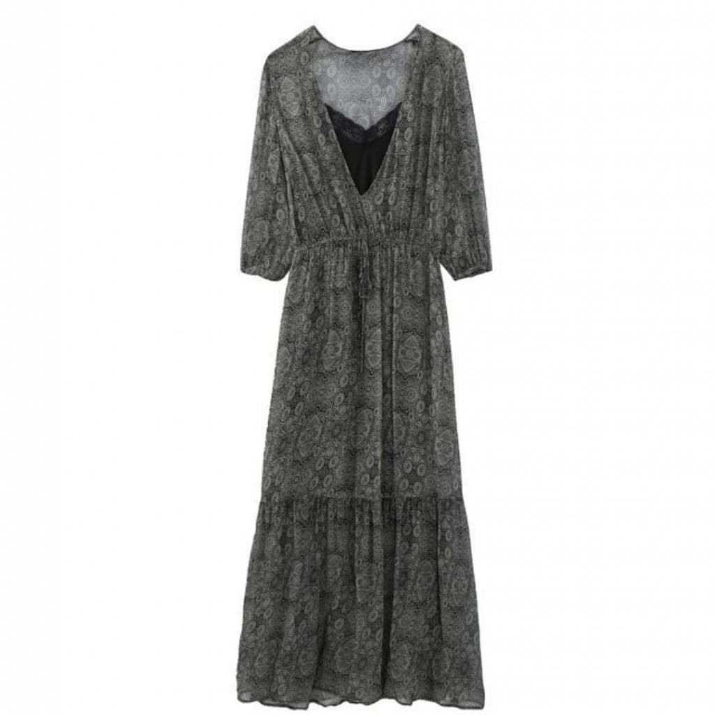 "Robe longue, IKKS, 245 €, disponible <a href=""https://www.ikks.com/fr/robe-longue-cintree-en-matiere-fantaisie-metallisee/BQ30775-54.html "" target=""_blank"">ici.</a>"