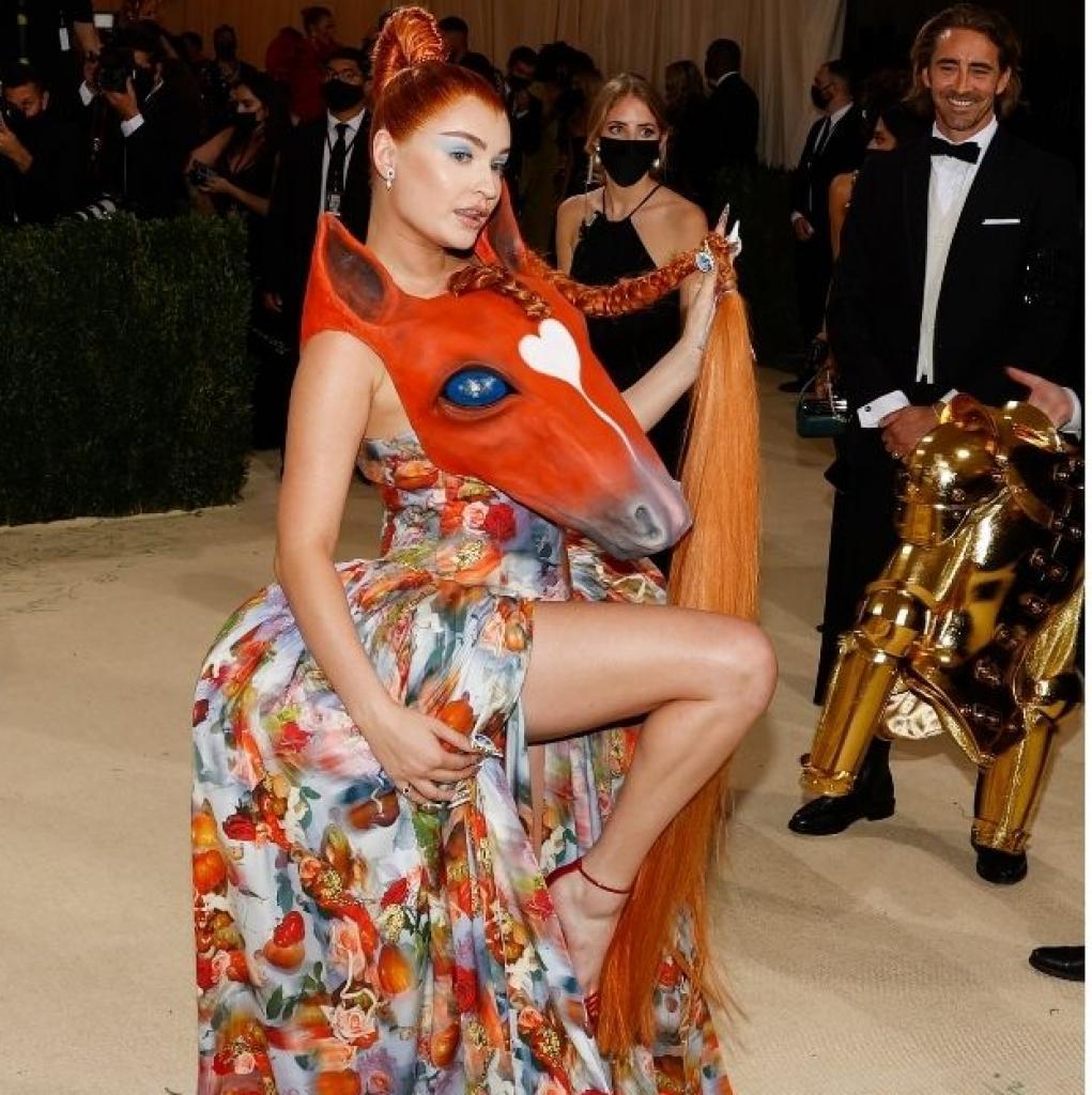 La chanteuse allemande Kim Petras est arrivée dans une robe avec une tête de cheval signée Collina Strada.