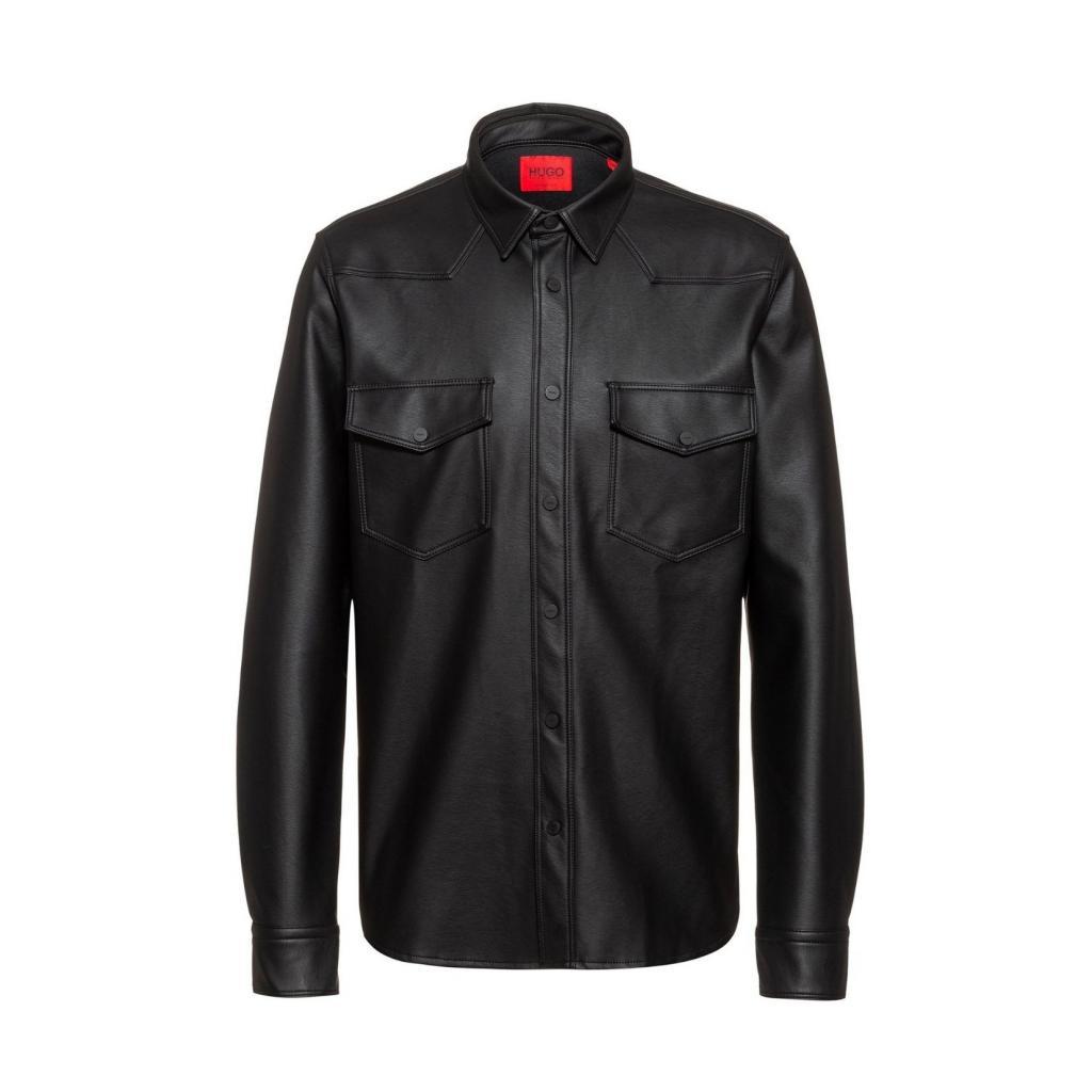 "Chemise pour homme en similicuir noir, Hugo Boss, 159,95 €, <a href=""https://www.hugoboss.com/be/fr/hugo/"" target=""_blank"">à shopper ici.</a>"