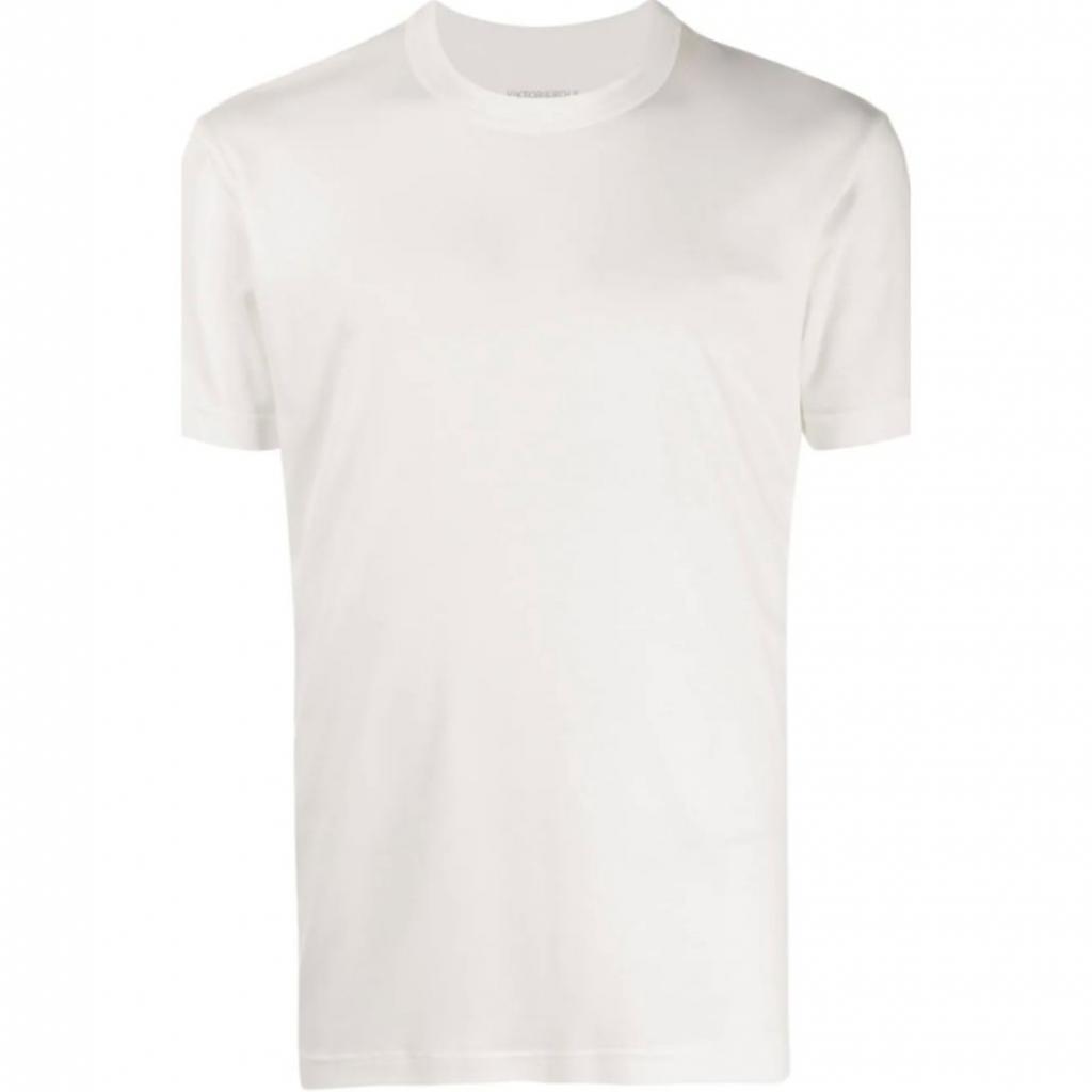"T-shirt classique en lyocell, Viktor &amp; Rolf, 85 €, <em>à shopper <a href=""https://www.farfetch.com/fr/shopping/men/viktor-rolf-t-shirt-classique-item-15414708.aspx?storeid=11053"" target=""_blank"">ici</a>.</em>"