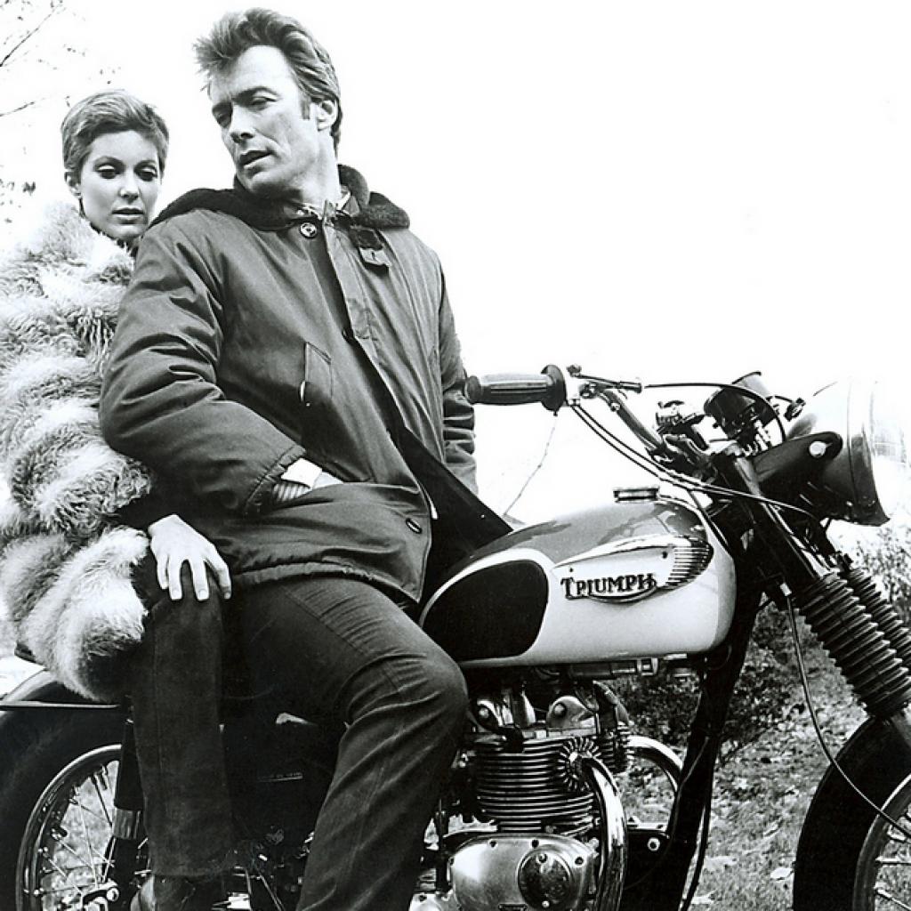 Grand amoureux des Triumph, Clint Eastwood prend ici la pose avec Tisha Sterling sur le tournage d'<em>Un Shérif</em> à New York.Photo : Pinterest