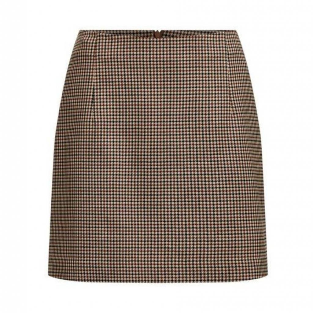 """Jupe en pied-de-poule, WE Fashion, 49,99 €,disponible <a href=""""https://www.wefashion.be/fr_BE/jupe-pied-de-poule-femme-95678337_0431.html?dwvar_95678337__0431_color=0431&amp;backtolist=true """" target=""""_blank"""">ici.</a>"""
