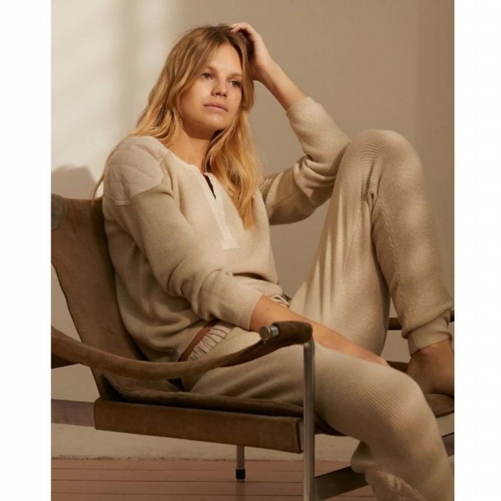 <em>Pull couleur crème et pantalon décontracté,Love Stories, 150 € &amp; 130 €.</em>