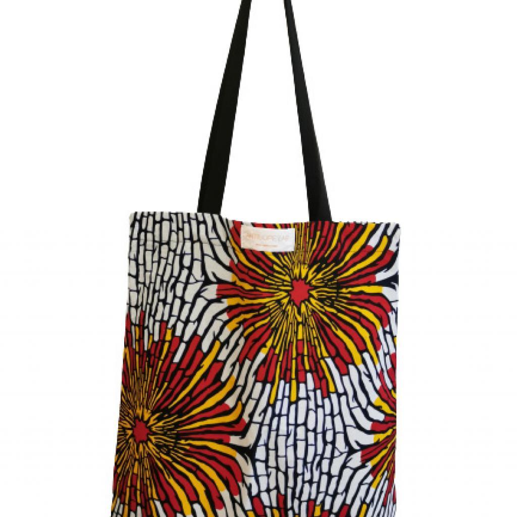 """Basique, mais solide : tote bag en tissu africain Antilope Lab, 25 € sur <a href=""""http://antilopeboutique.be"""" target=""""_blank"""">antilopeboutique.be</a>"""