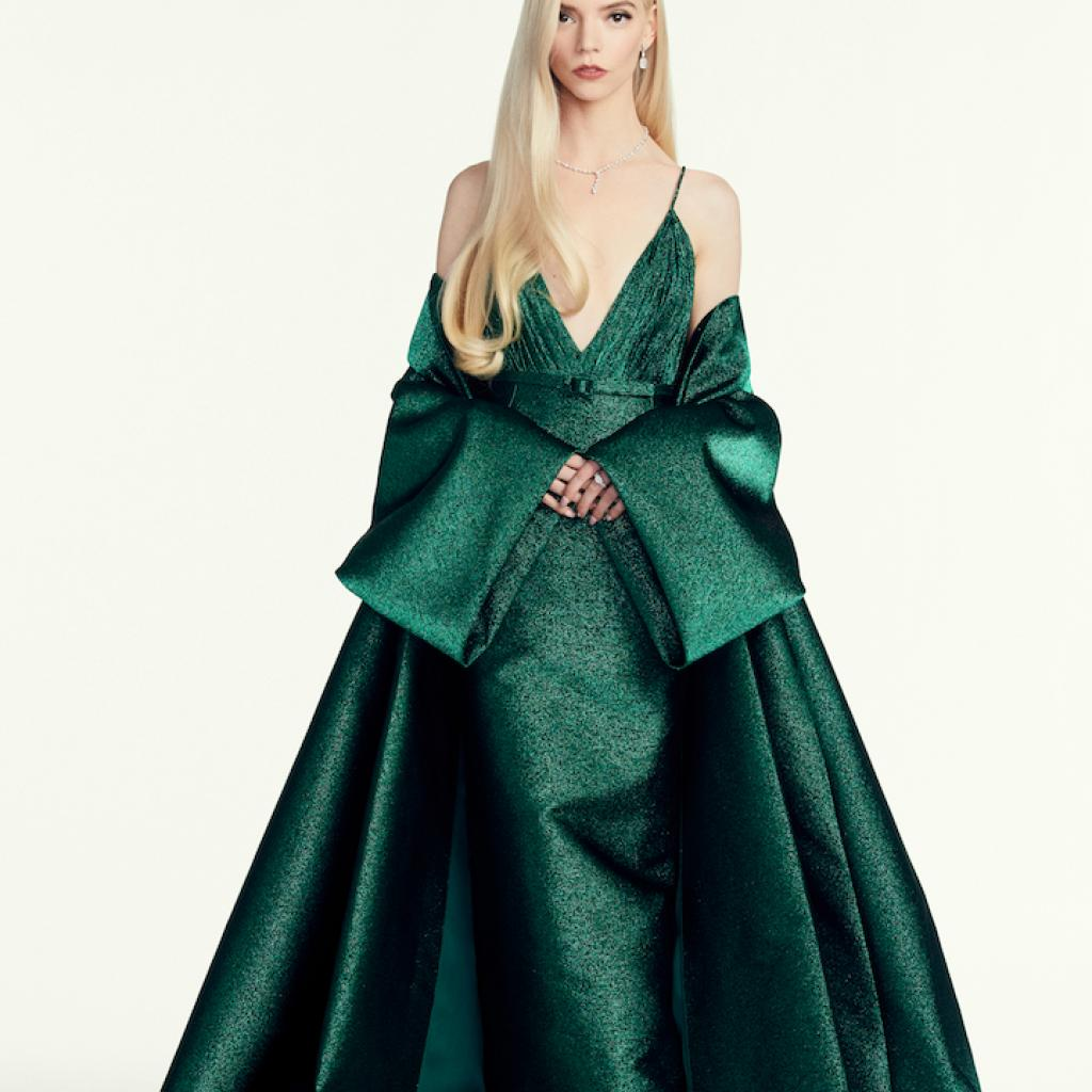 Anya Taylor-Joy portait une robe verte Dior Haute Couture et des chaussures Dior.<em>@Image Credit: Sami Drasin</em>