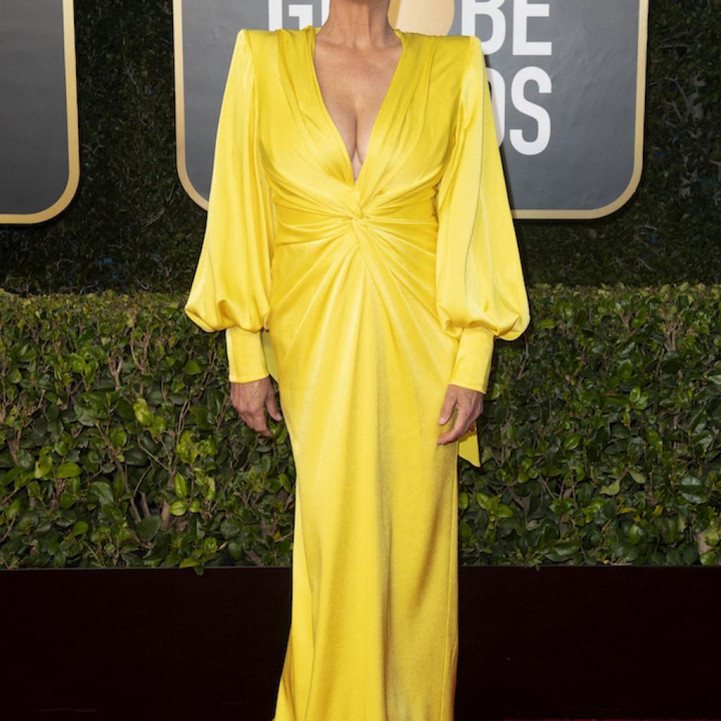 La robe jaune en satin de Jame Lee Curtisaux manches plissées et au décolleté plongeant étaitsignée Alex Perry.<br />@<em>Credit photo : Belga.</em>