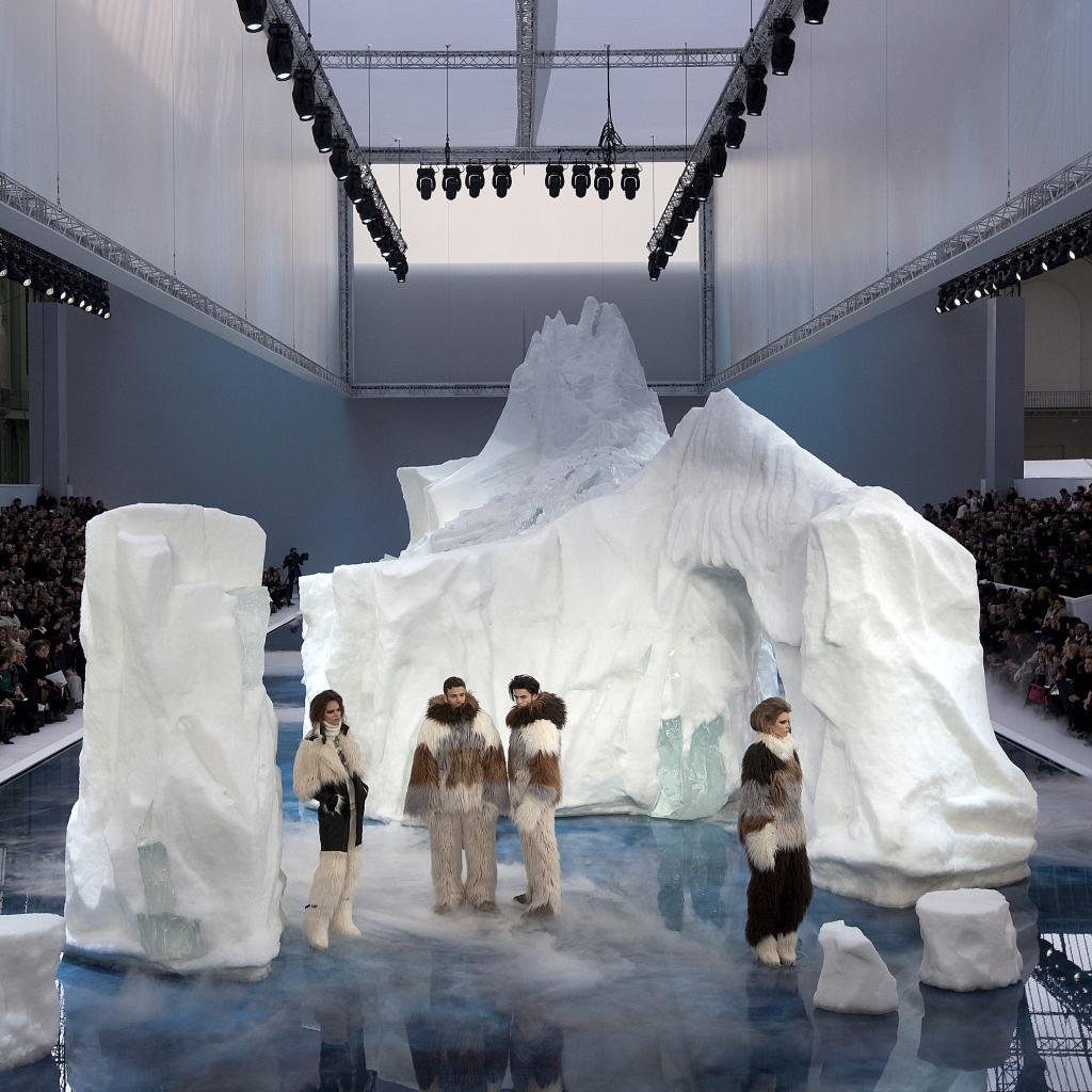 Aussi choquant qu'impressionnant, Karl Lagerfeld avait fait venir des icebergs pesant 265 tonnes de Suède rien que pour son défilé. Un concept impressionnant mais pas si pratique que ça, puisque la glace au contact de la chaleur commençait à fondre sous les pieds des mannequins.