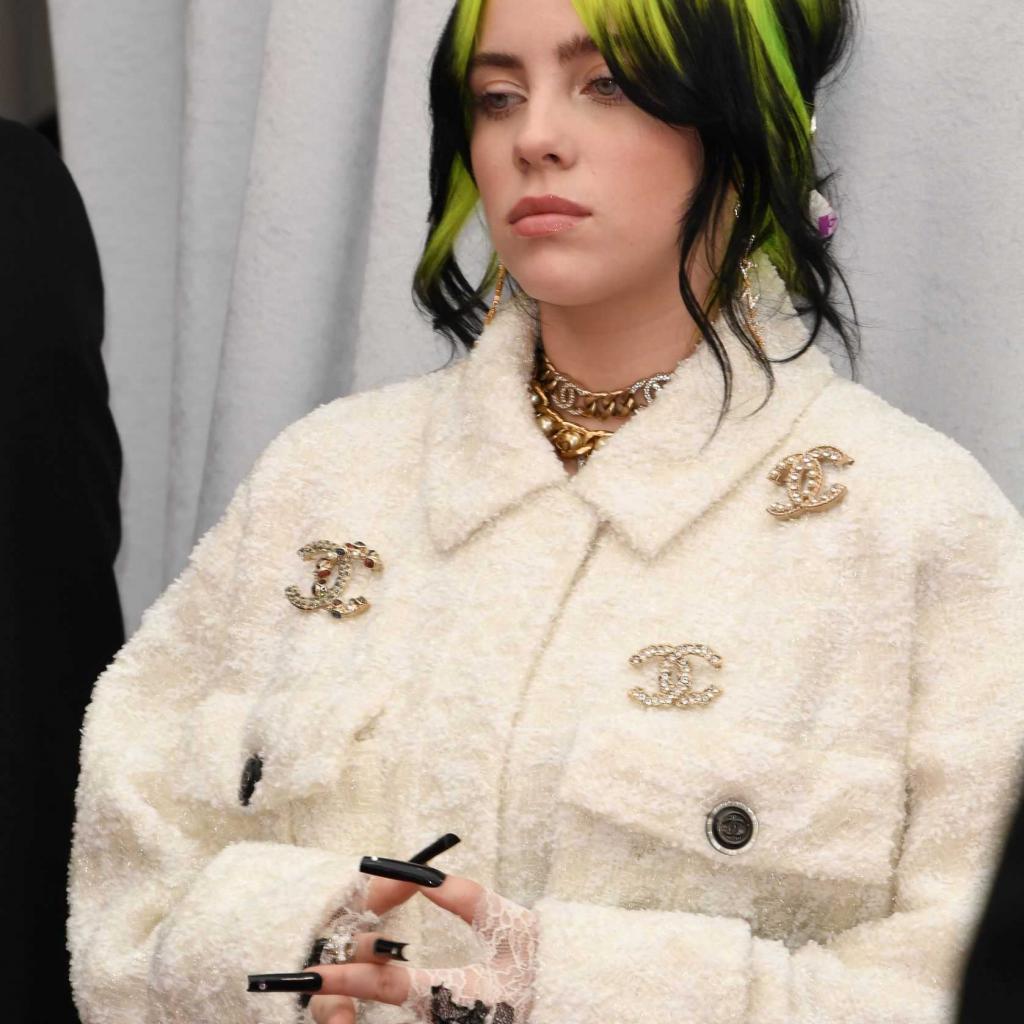 Billie Eilish, grande couronnée des Grammys il y a deux semaines, portait une veste et un pantalon blanc Chanel affublé du fameux logo au double C.