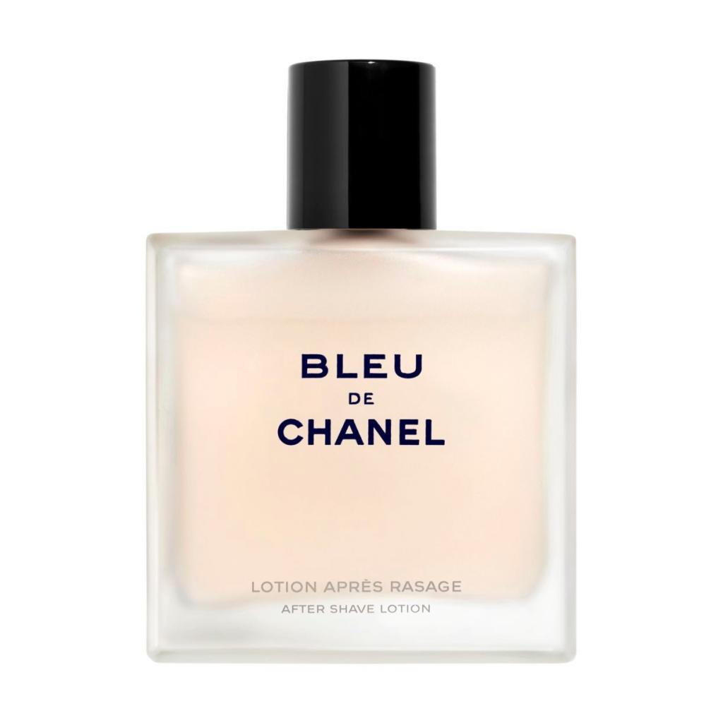 Il est discret et raffiné<br />Les notes aromatiques et boisées du masculin Chanel dans une lotion après-rasage vivifiante et tonifiante, que l'on ne perçoit que quand on l'embrasse.<br />CHANEL, Bleu de Chanel, lotion après-rasage, 53,90€