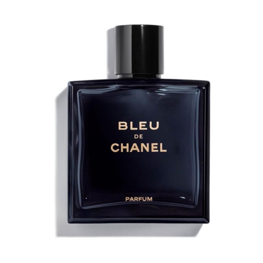 """<em>Le parfum bleu de Chanel, 84,50€, disponible <a href=""""https://www.planetparfum.com/fr/product/bleu-de-chanel/20038650.html"""" target=""""_blank"""">ici</a>.</em>"""