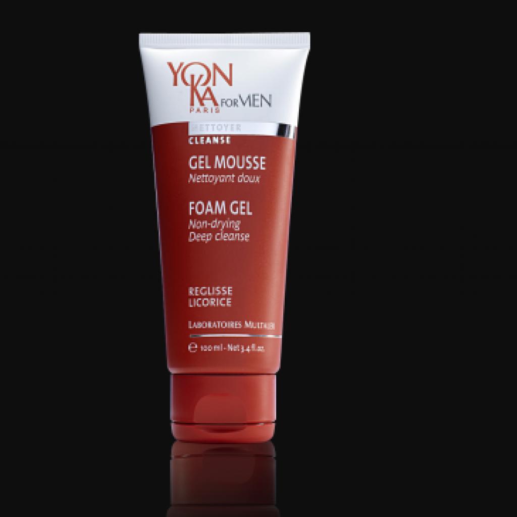 Enrichi d'actifs purifiants et assainissants, ce gel nettoie la peau en douceur.