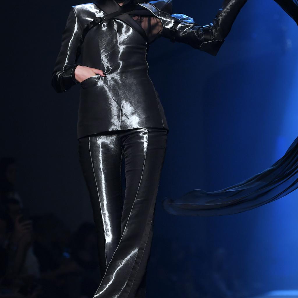 Le costume tout en brillance de Jean Paul Gaultier. Haute couture automne-hiver 2019-2020, Paris, le 3 juillet 2019.© CHRISTOPHE ARCHAMBAULT / AFP